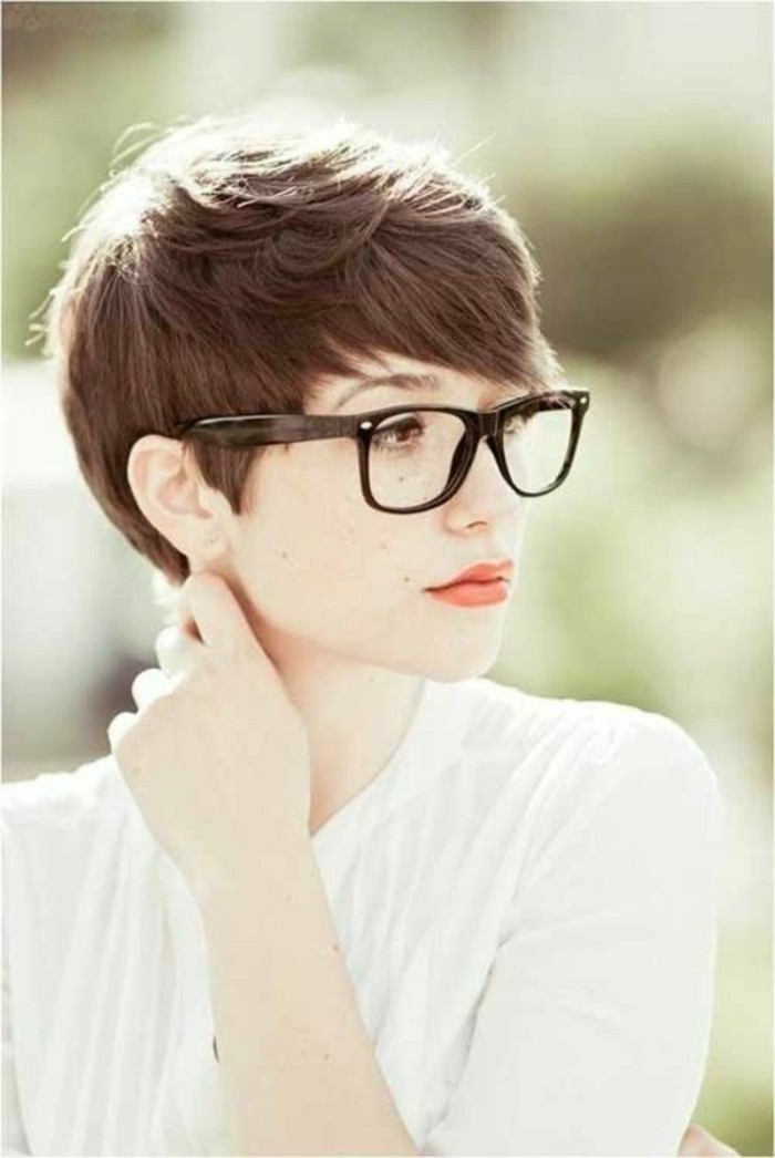 0-coiffures-courtes-cheveux-chatin-marron-fille-avec-lunnetes-de-vue