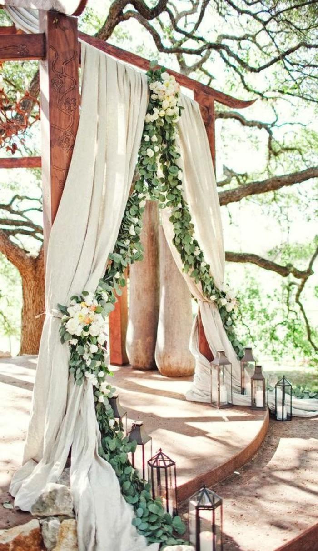 0-decoration-evenementielle-mariage-en-dehors-dans-le-jardin-arch-de-mariage-en-drape-et-fleurs