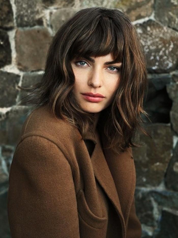 0-tendances-chez-les-coiffures-courtes-femme-aux-yeux-bleus-cheveux-marron