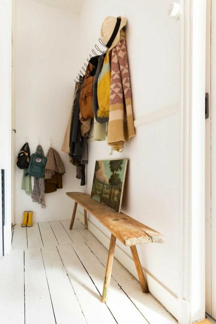 00-banc-en-bois-clair-sol-en-planchers-blancs-meubles-gain-de-place-dans-le-couloir