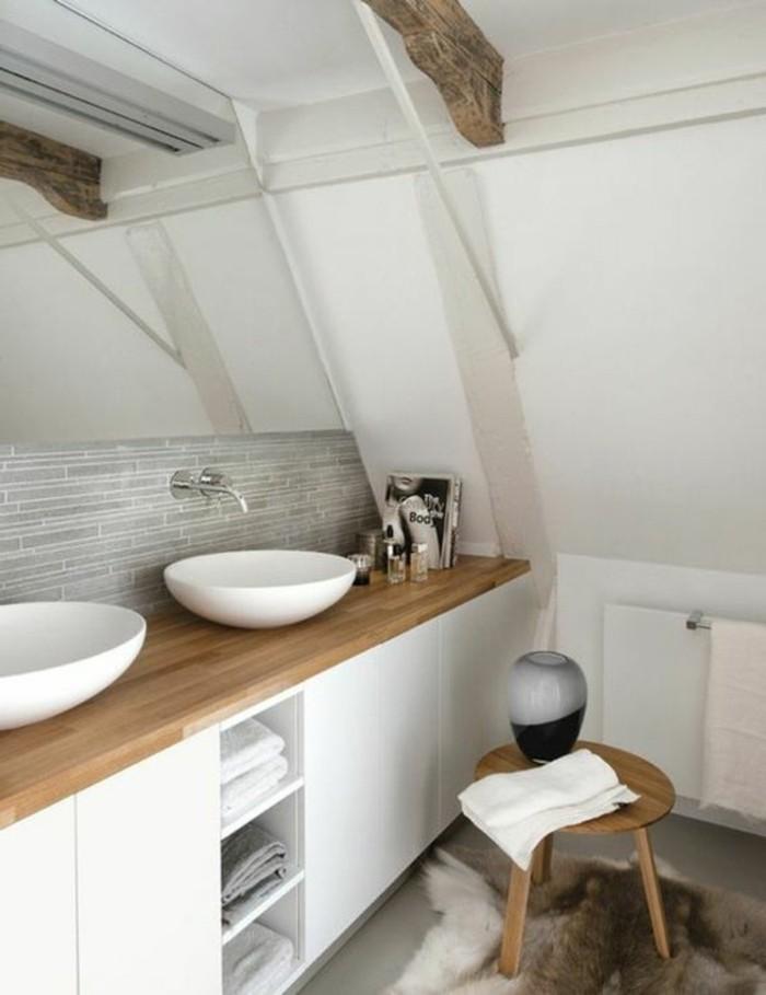 00-idee-salle-de-bain-petite-surface-sous-combles-en-bois-naturel-et ...