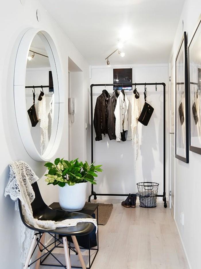 02-miroir-couloir-une-chaise-des-vetements-pendus