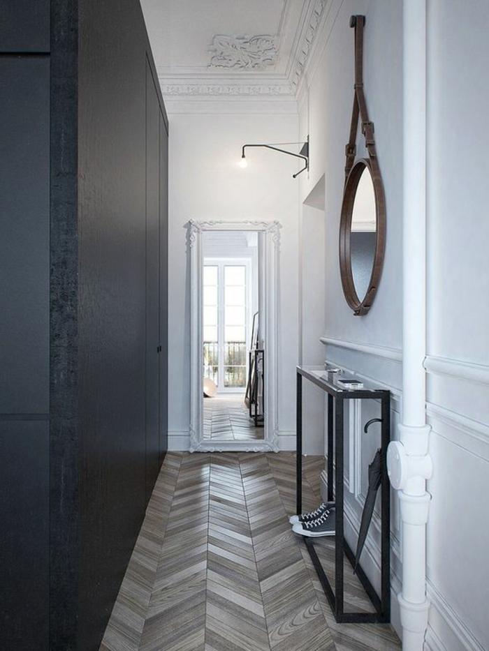 05-éclairage couloir. Mur en blanc. Mur en noir. Parquet.