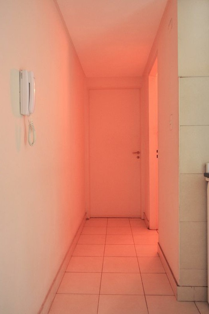 08-éclairage couloir. Teint orange.