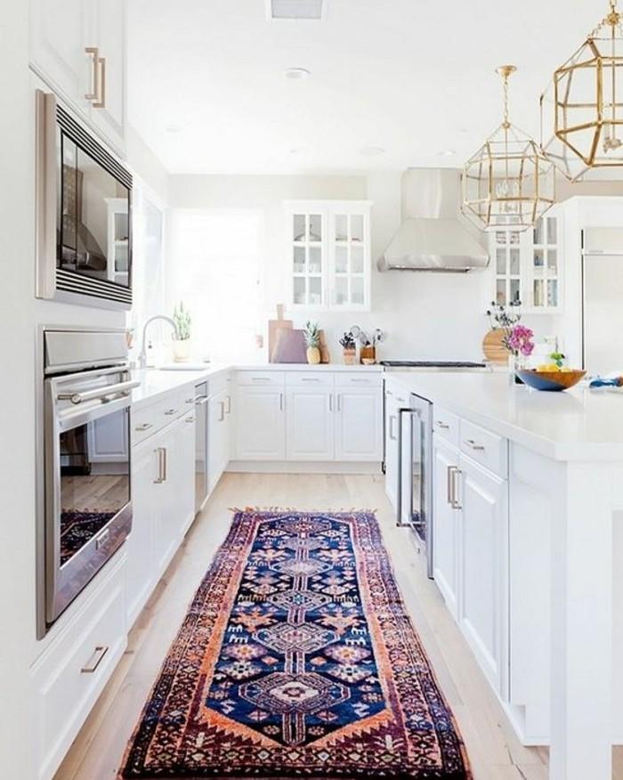 exemple-peinture-cuisine-blanche-modele-cuisine-équipée-meubles-blancs-îlot-avec-des-rangements-cuisine-ensoleillée-tapis-oriental