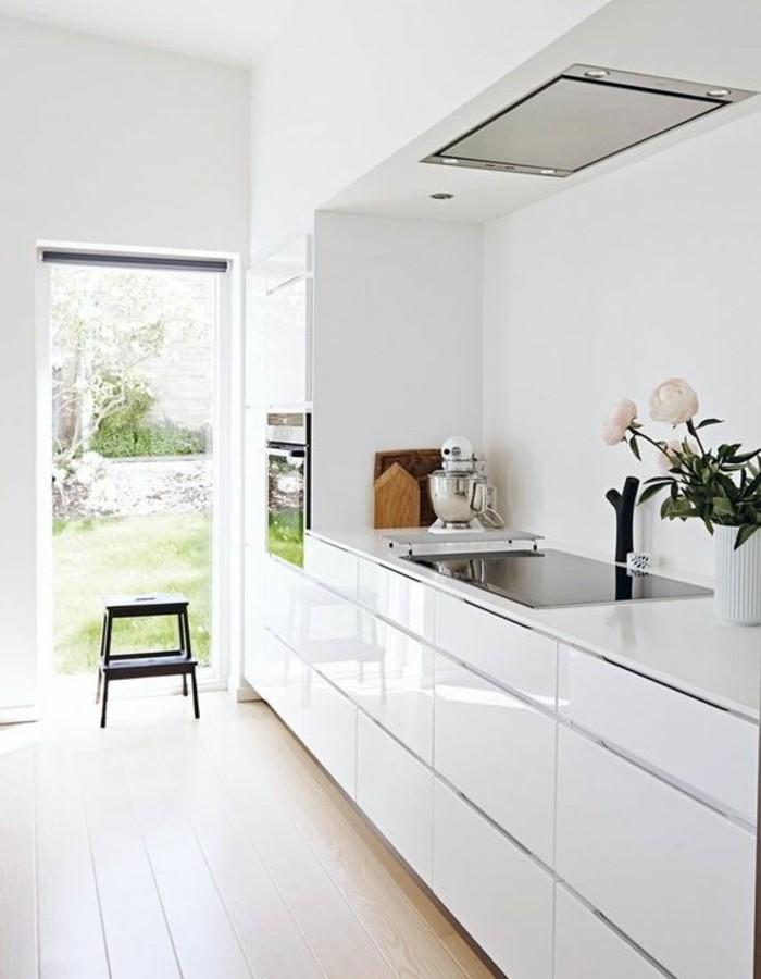 superbe-idée-couleur-mur-cuisine-blanche-meubles-cuisine-blancs-ambiance-propice-à-la-détente-cuisine-lumineuse