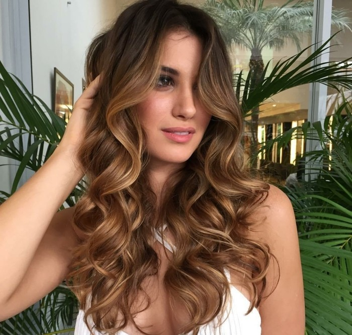 1-chatain-claire-cheveux-boucles-balayage-blond