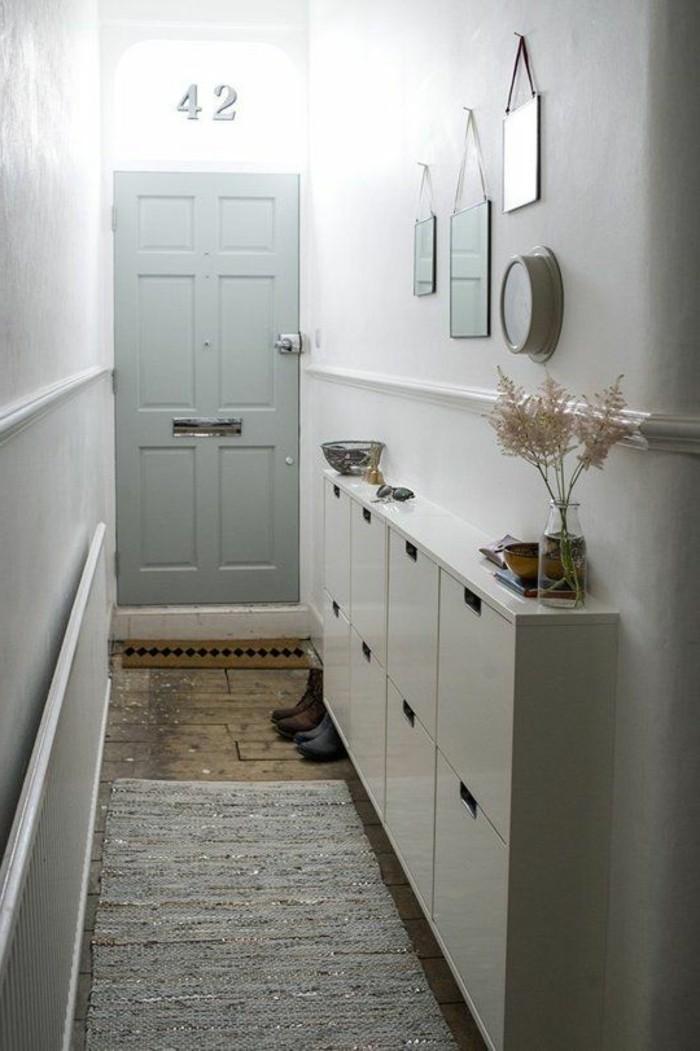10-miroir-couloir-une-porte-grise-qui-est-fermee