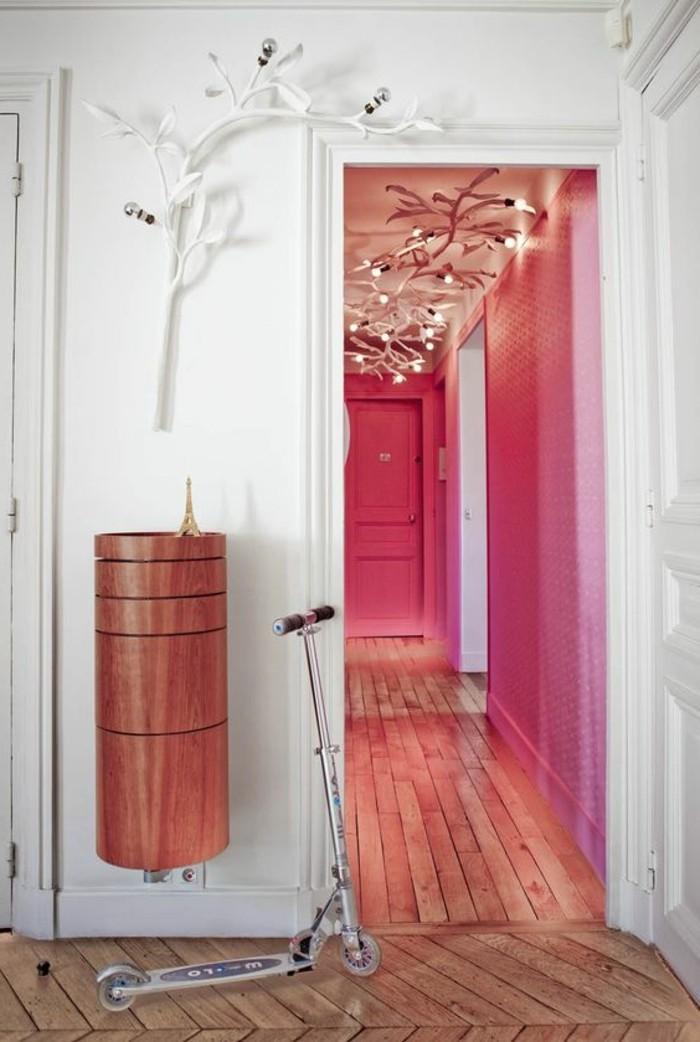 101-Luminaire pour couloir. Porte et mur roses