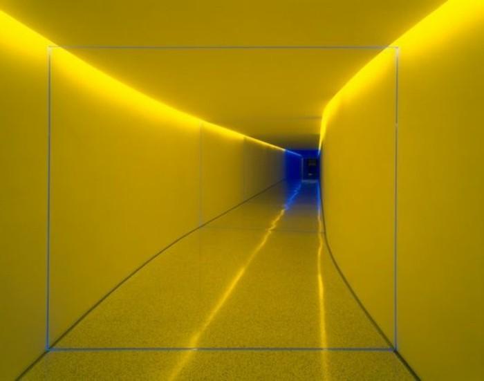 105-Luminaires couloir. Couleur jaune.