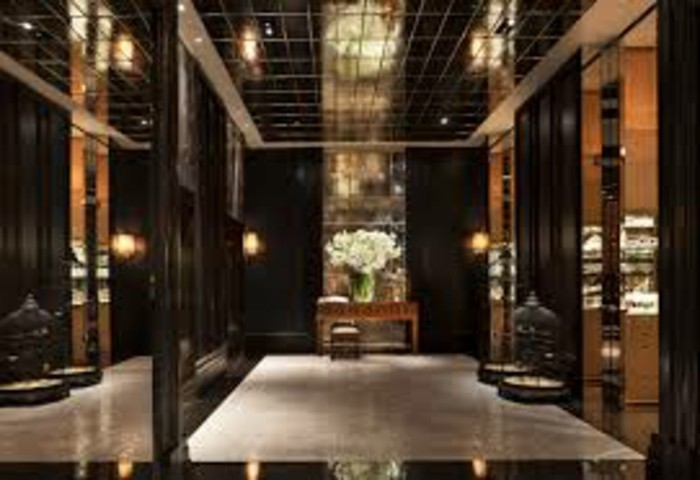 105-miroir-feng-shui-une-grande-vase-avec-des-fleurs