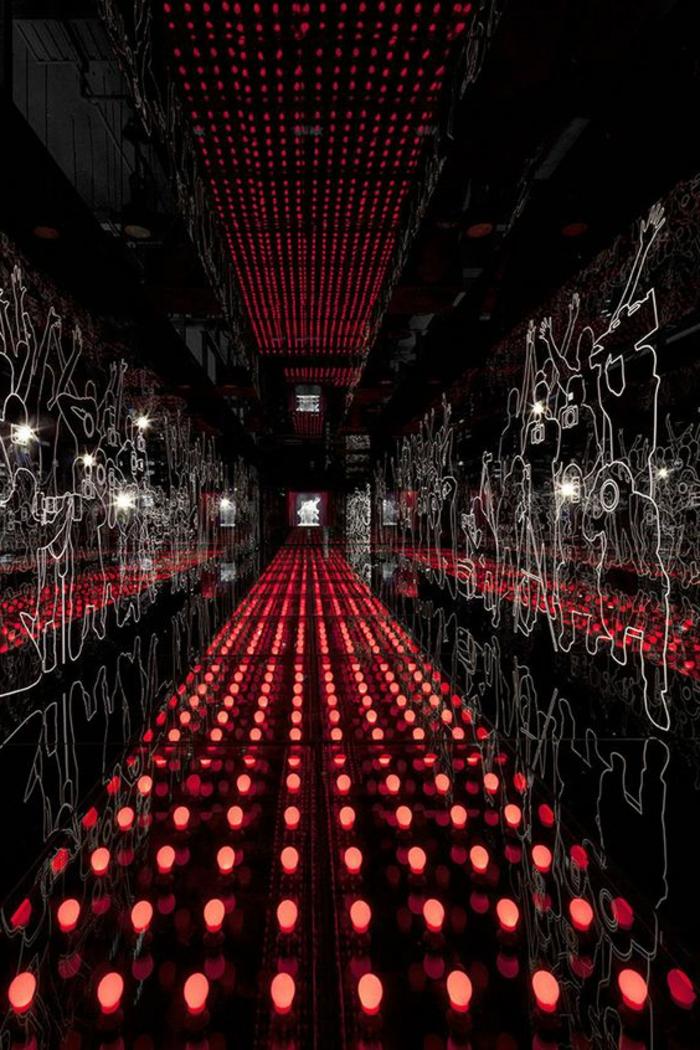 108-Luminaires couloir. Lampes rouges. Ornements.