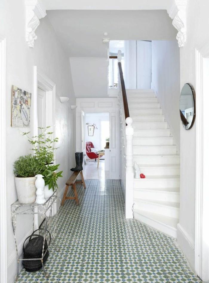 109-Luminaires couloir. Un escalier blanc.