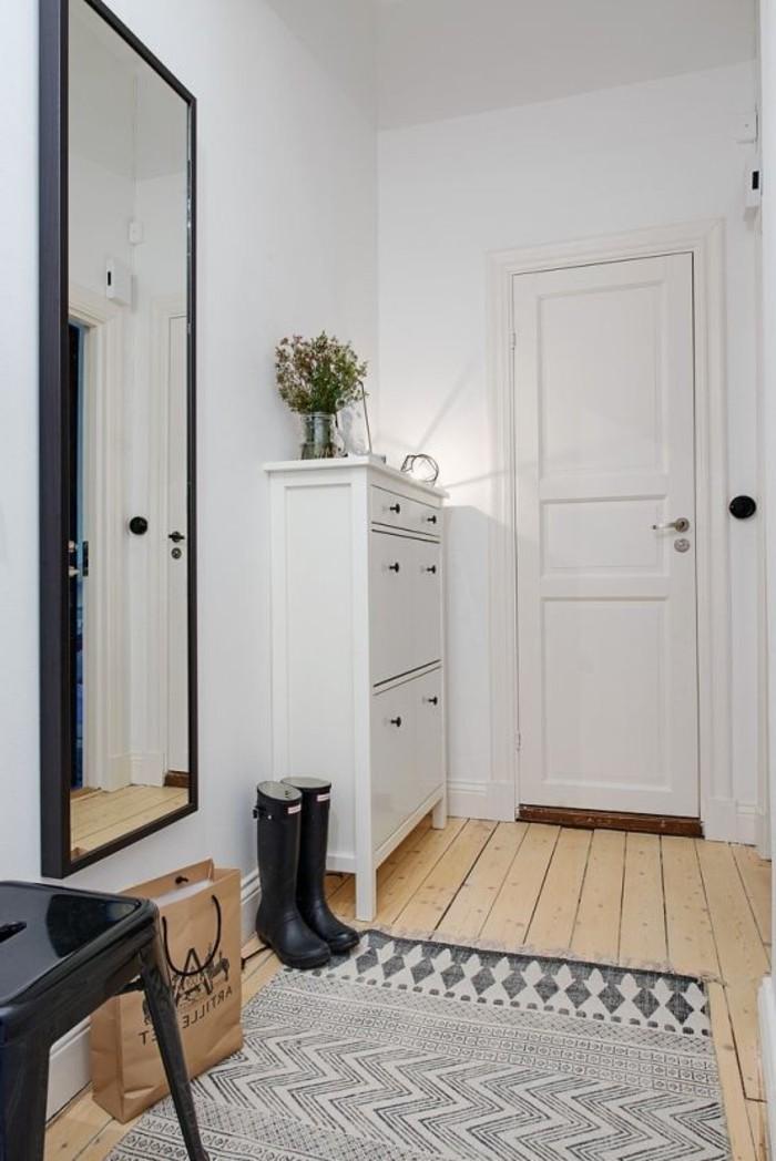 11-placard-couloir-une-armoire-une-paire-de-bottes-resized