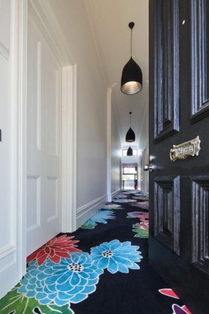 11-tapis-de-couloir-trois-lampes-une-porte-ouverte