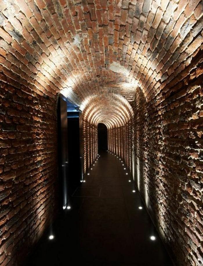 110-Luminaires couloir. Briques.