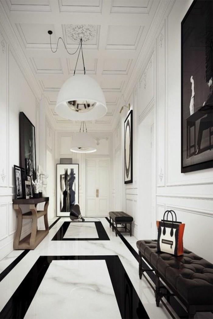 112-Luminaires couloir. Plancher en noir et en blanc.