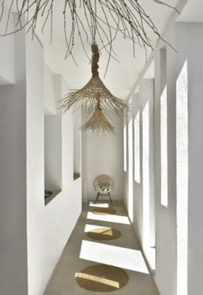 113-Luminaires couloir. Murs blancs.