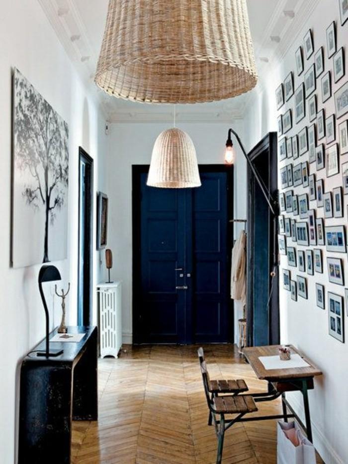 114-Luminaires couloir. Porte bleu fonce.