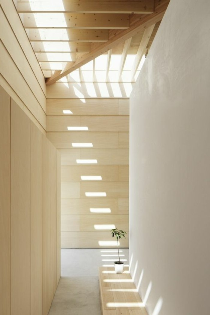 115-Luminaires couloir. Couleur beige.