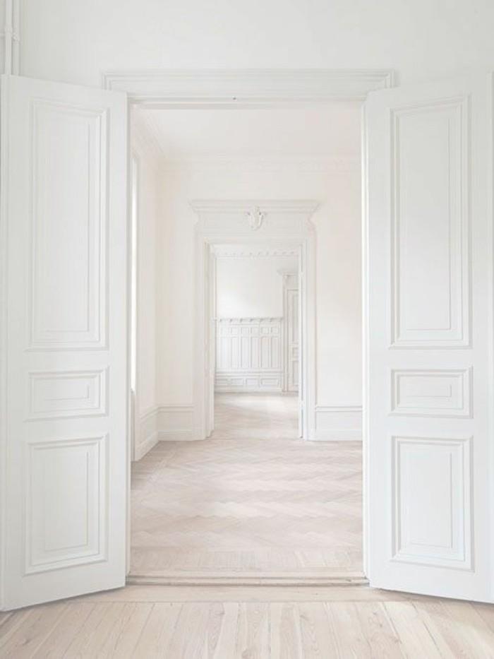 116-Luminaires couloir. Parquet. Portes blanches.
