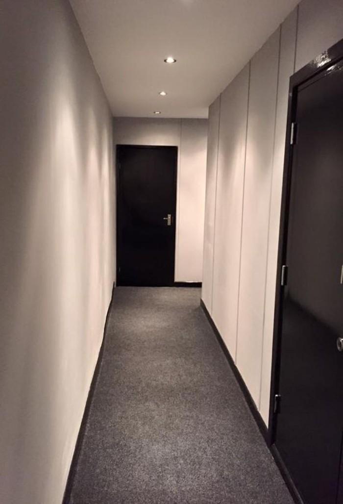 117-amenager-un-couloir-un-plancher-noir-resized