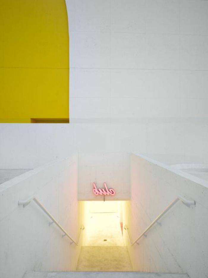 119-Luminaires couloir. Un escalier.