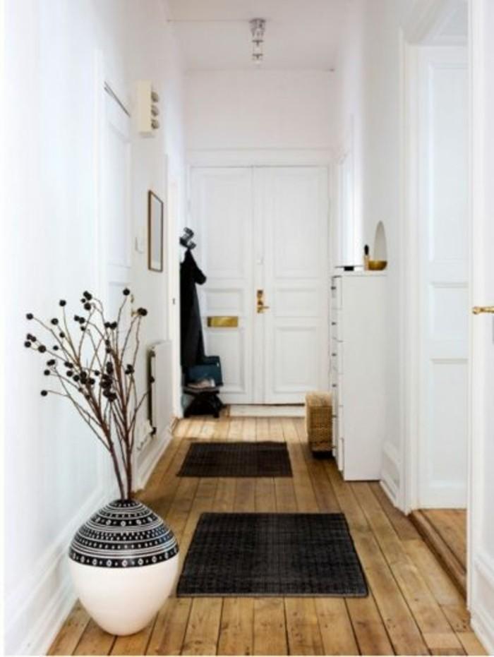 12-éclairage couloir. Parquet. Murs en blanc.