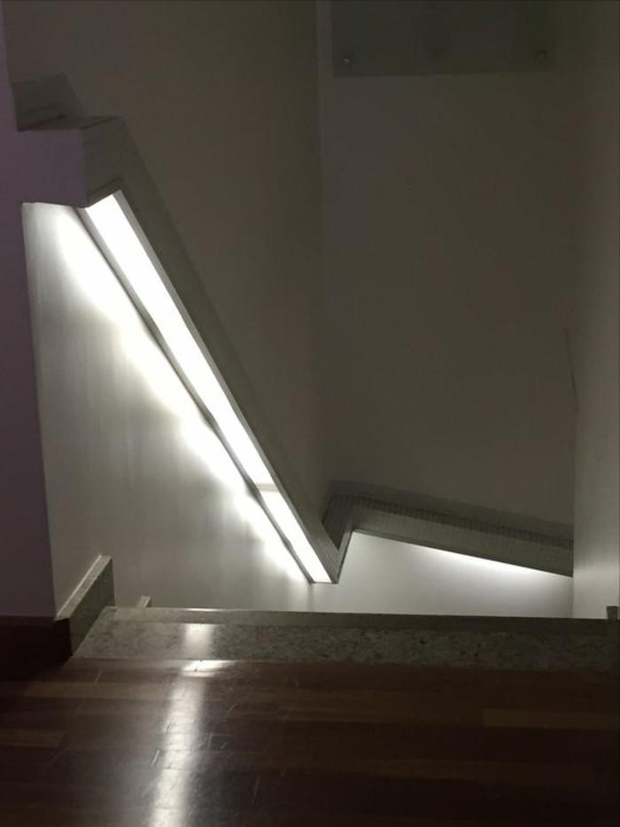 122-Luminaires couloir. Escalier. Parquet.