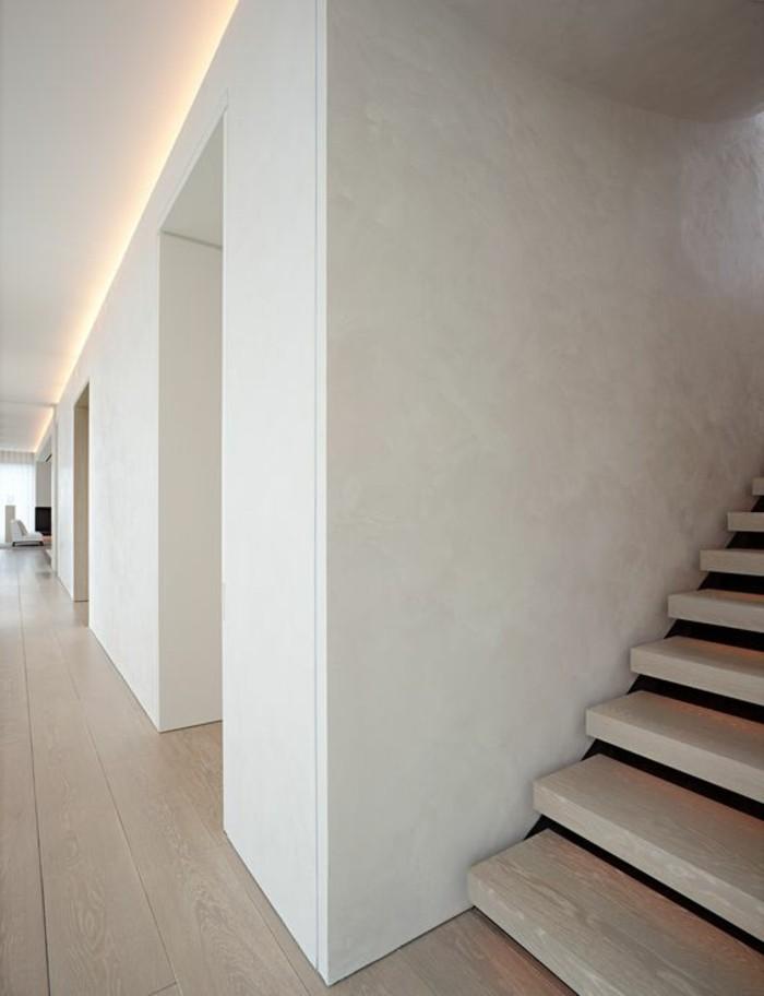 124-Plafonnier pour couloir. Un escalier.