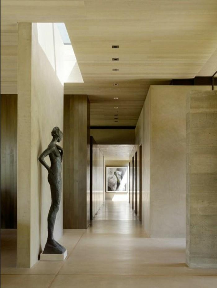 125-Plafonnier pour couloir. Une statue.