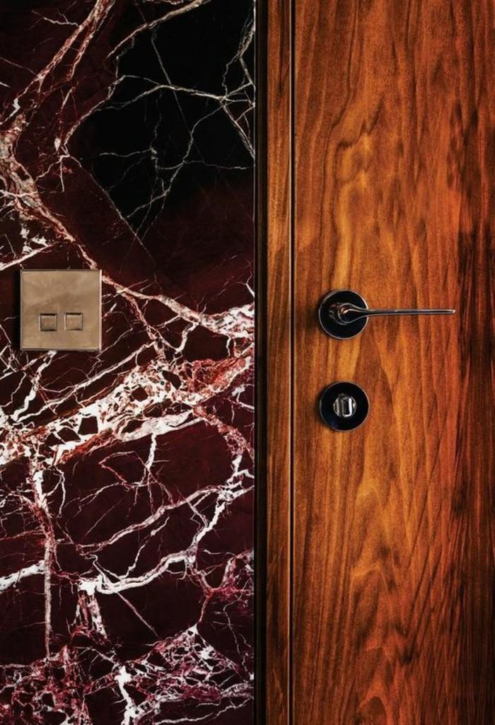 126-Plafonnier pour couloir. Un interrupteur.