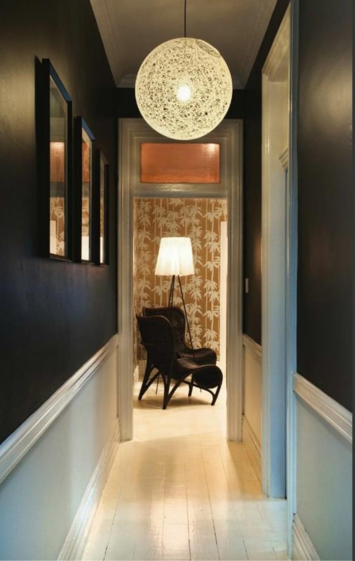 133-Plafonnier pour couloir. Plancher blanc. Murs noirs. Fauteuils.