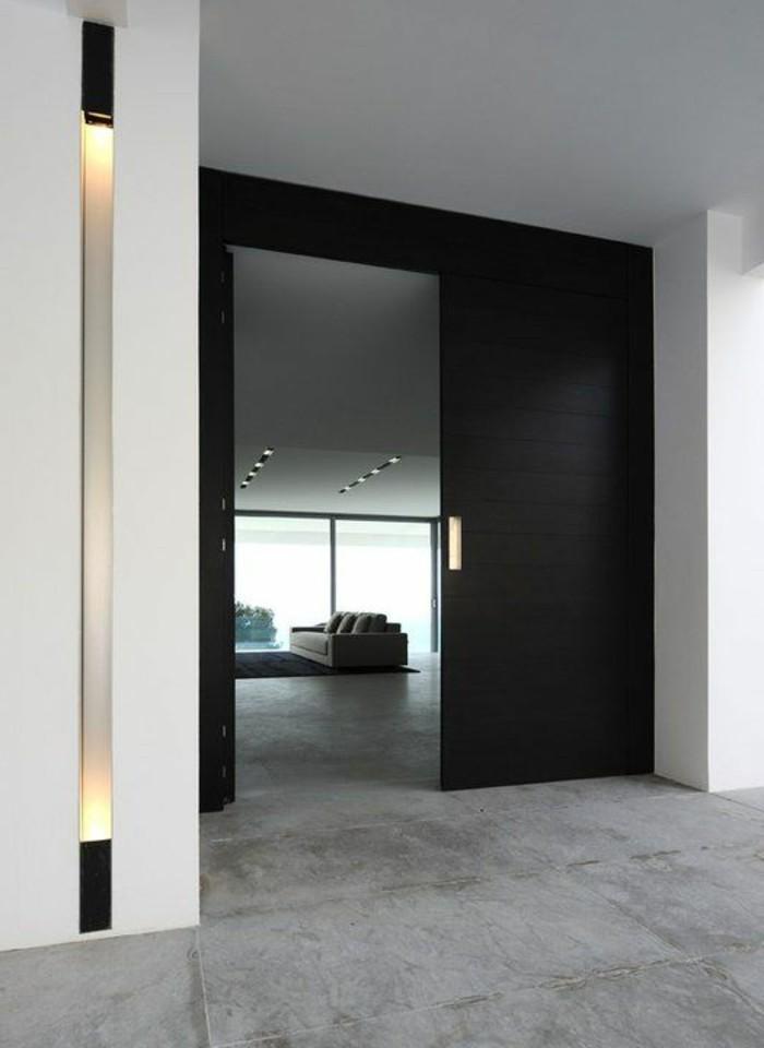 135-Plafonnier pour couloir. Porte noire.