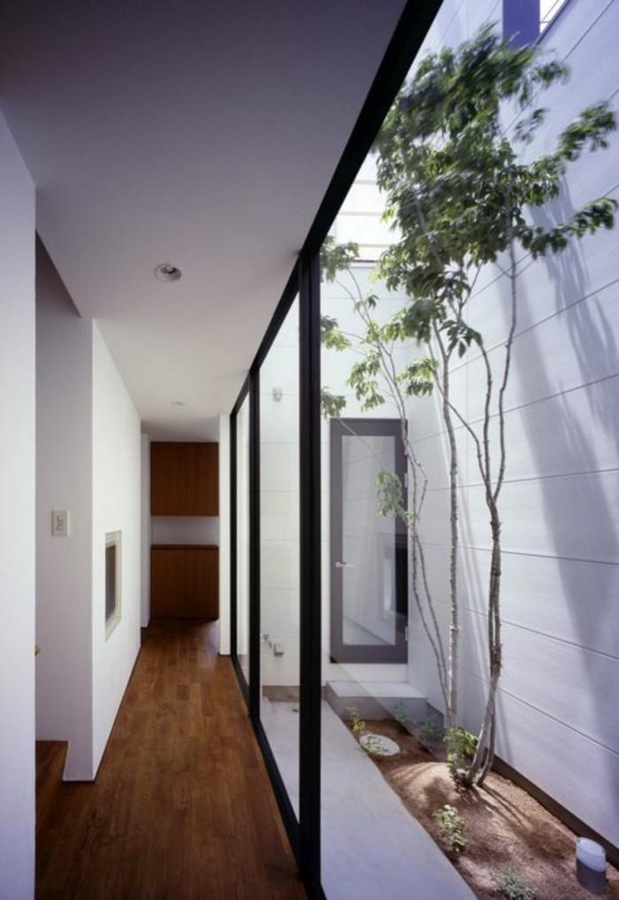 136-Plafonnier pour couloir. Parquet. Un arbre.
