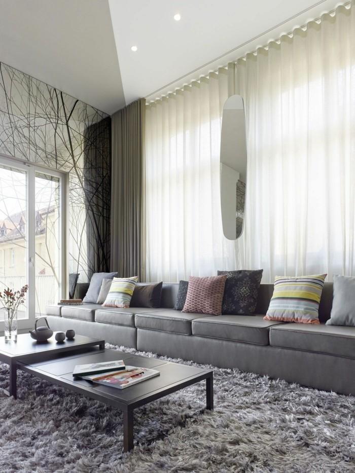 138-feng-shui-miroir-un-canape-gris-avec-des-coussins-et-une-table-basse