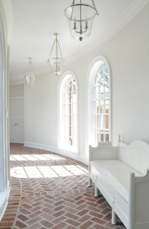 139-Plafonnier pour couloir. Murs blancs. Tapis.