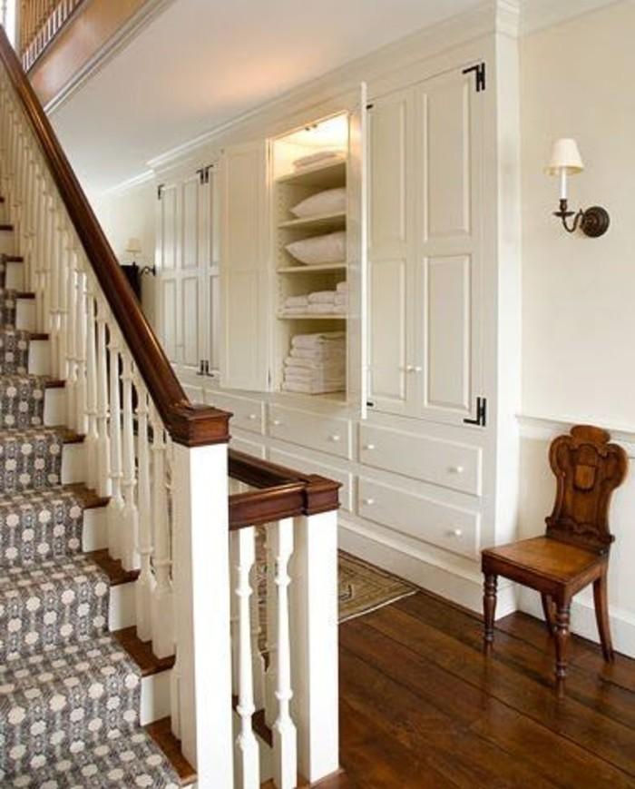 145-amenagement-couloir-un-escalier-une-chaise-en-bois-resized