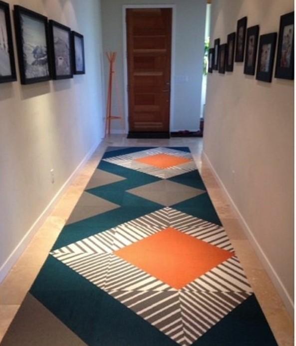 15-tapis-de-couloir-quelques-tableaux-sont-poses-sur-le-mur