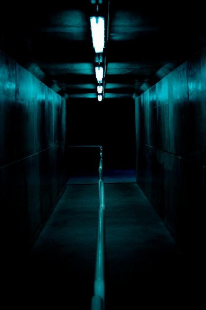 16-éclairage couloir. Couleurs noir et bleu.