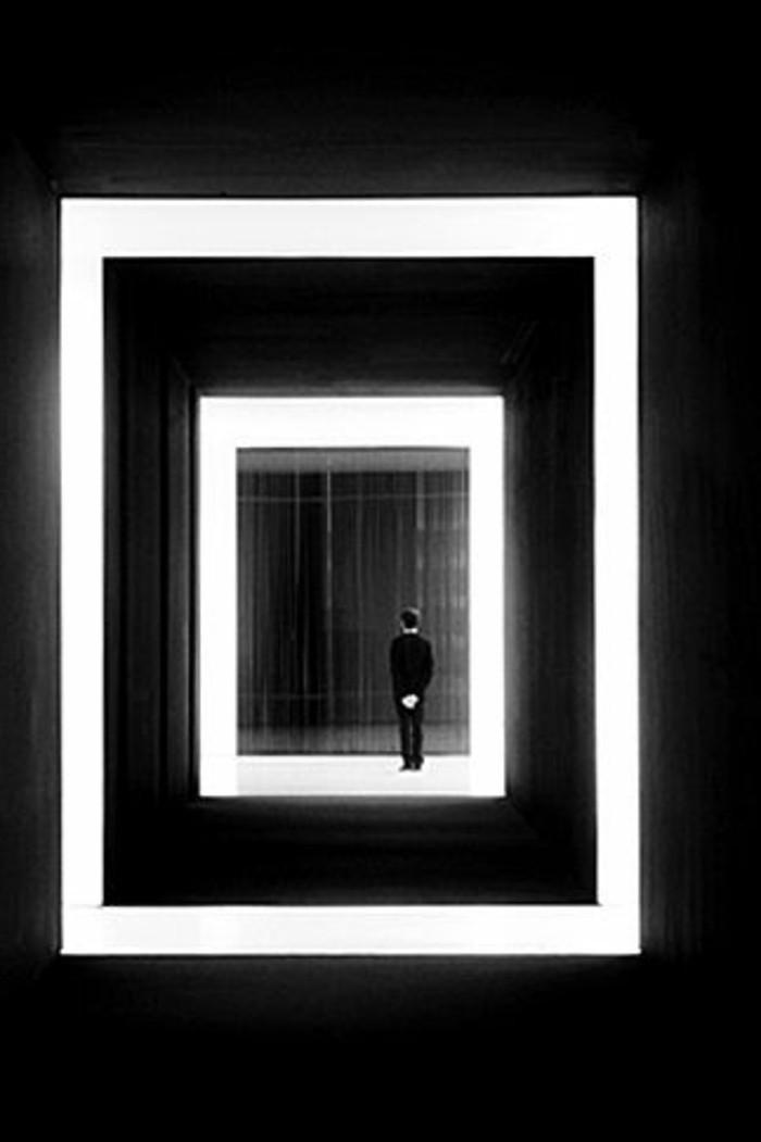 17-éclairage couloir en noir et en blanc.