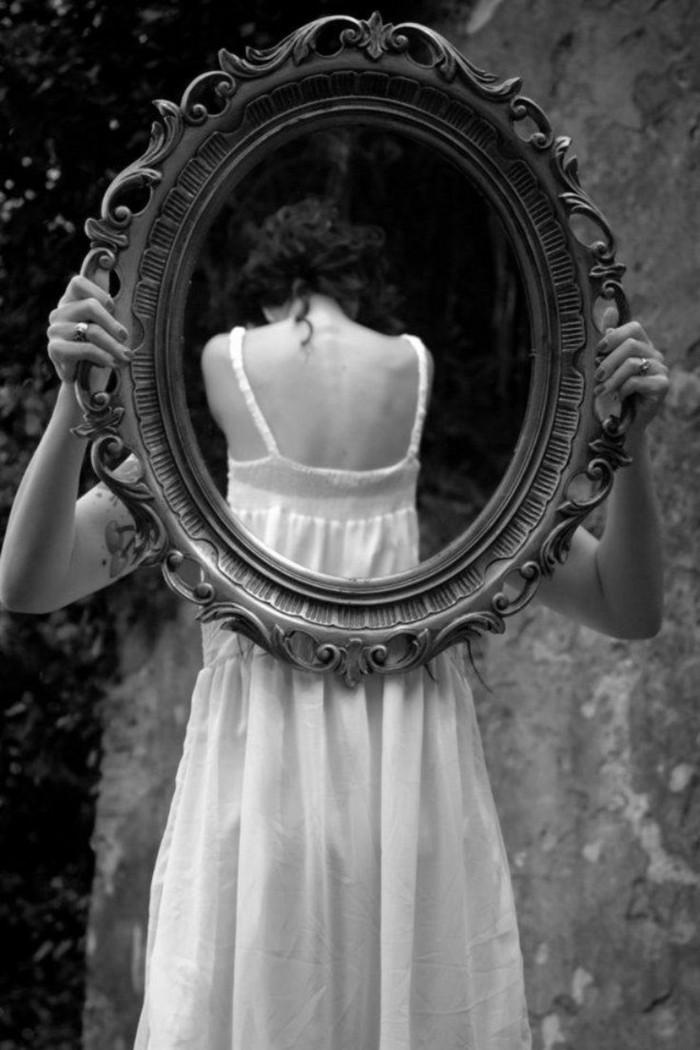 170-grand-miroir-chambre-une-femme-en-robe-blanche