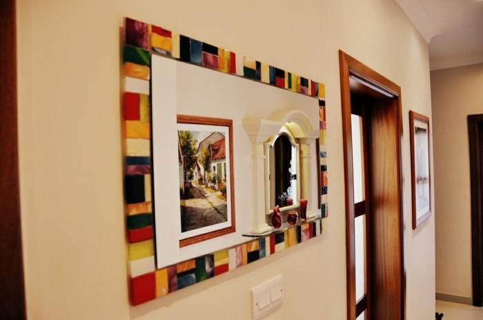 196-miroir-salon-des-tableaux-multicolores-sur-les-murs