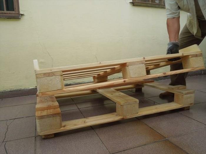 comment-fabriquer-un-canape-en-palette-premier-etape-empilez-deux-pallettes-pour-constituer-la-base