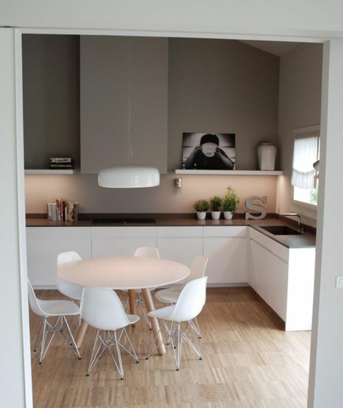couleur-mur-cuisine-taupe-jolis-éléments-décoratifs-meubles-cuisine-blancs-petit-coin-repas-composé-de-table-et-chaises-blanches