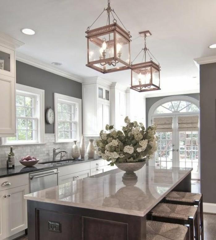 cuisine-taupe-idée-couleur-peinture-cuisine-très-élégante-meubles-blancs-îlot-suspensions-au-goût-vintage