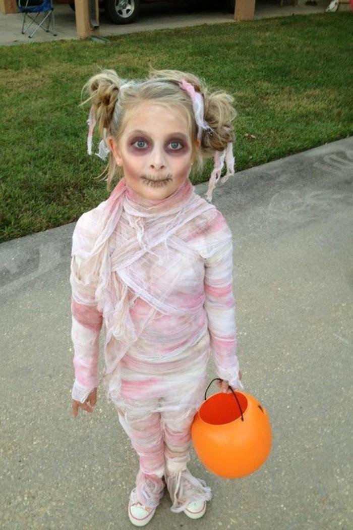 une-petite-momie-zombie-deguisement-halloween-tres-reussi-idee-maquillage-halloween