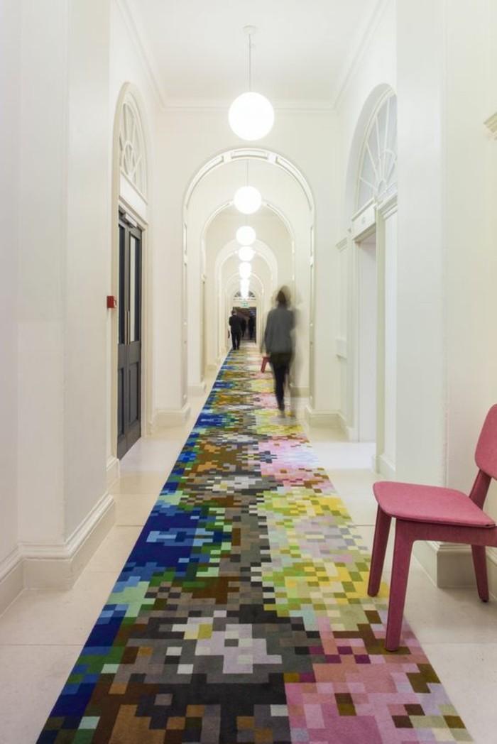 20-tapis-de-couloir-une-chaise-et-trois-personnes-qui-marchent