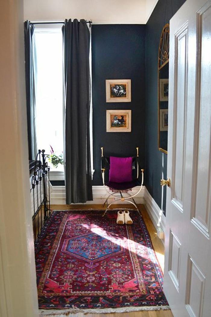 24-miroir-couloir-deux-tableaux-sur-le-mur-un-tapis