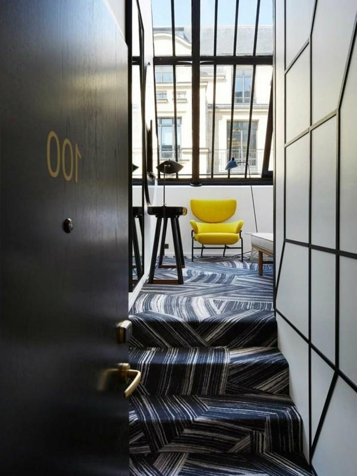 25-tapis-de-couloir-une-porte-ouverte-une-chaise-jaune